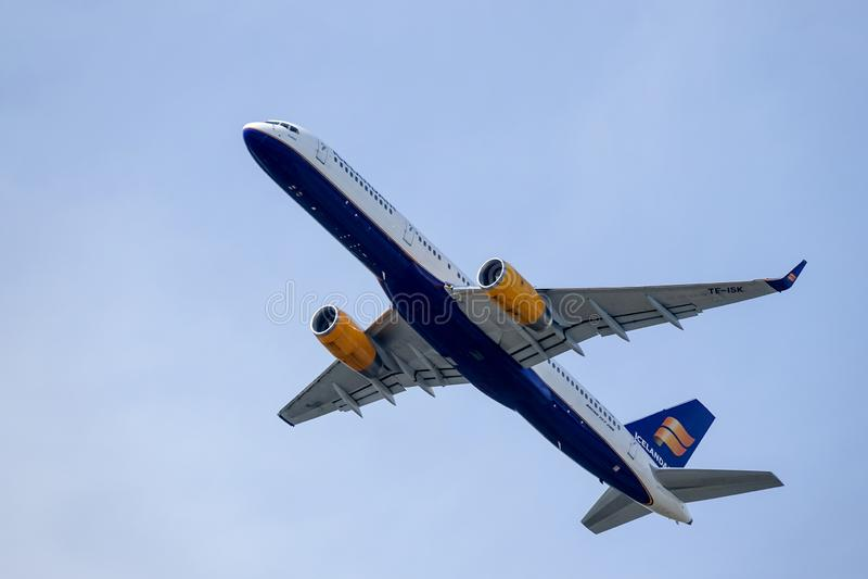 Icelandair, Boeing 757 -223 decolla in cielo blu immagini stock libere da diritti