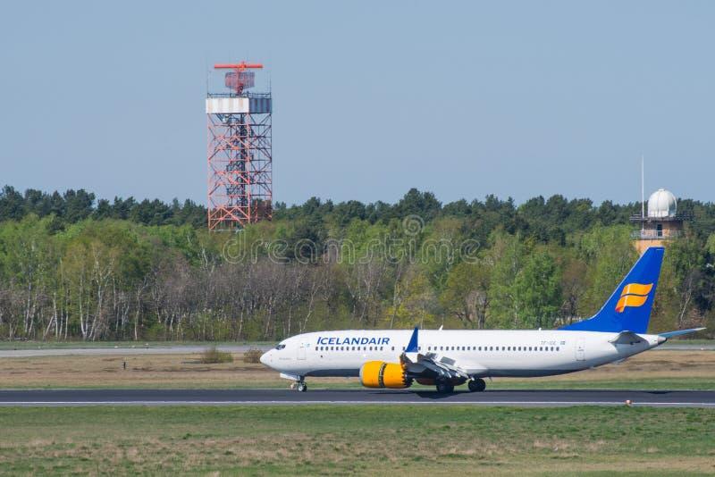 Icelandair Boeing 737 8 máximos en el aeropuerto de Berlin Tegel fotografía de archivo libre de regalías