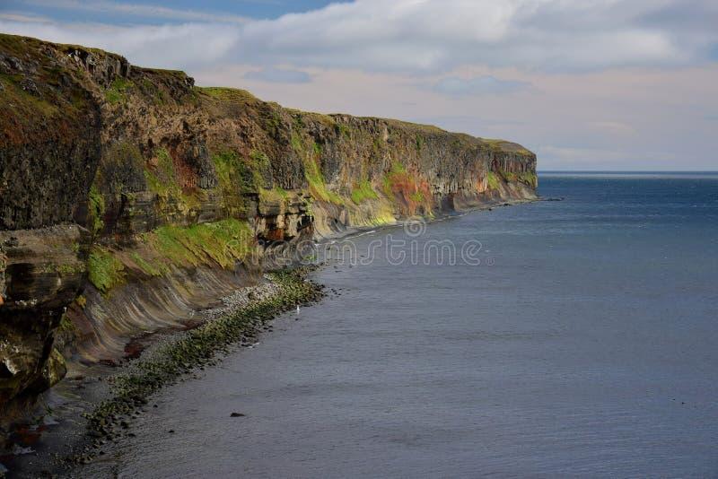 icelandic ландшафт Красочные скалы на западном побережье полуострова Skagi стоковые изображения