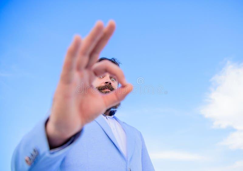 Ich überwache Sie Perfekte Geste Kerl schaut durch O.K.gestenabschluß oben Spionagec$aufpassen und Beobachten ausgezeichnet stockfotos