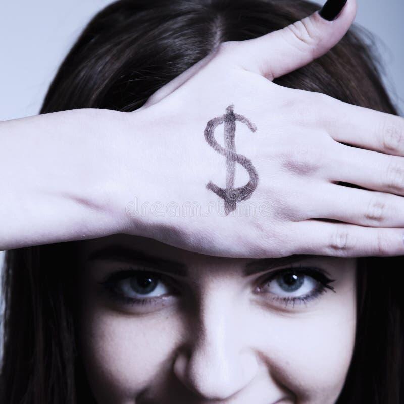 Ich benötige Geld! Junge Frau, die ihre Hand mit dem Symbol von MO hält stockfotografie