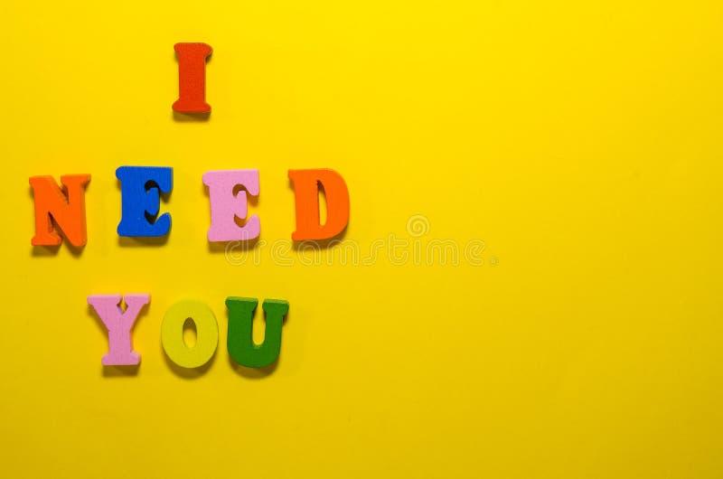 Ich ben?tige Sie mit h?lzernen Buchstaben stockfotos