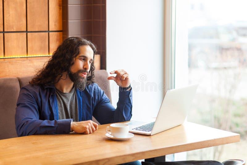 Ich ben?tige mehr Porträt des jungen erwachsenen Mannfreiberuflers der hübschen Intelligenz in der zufälligen Art, die im Café si stockfotografie