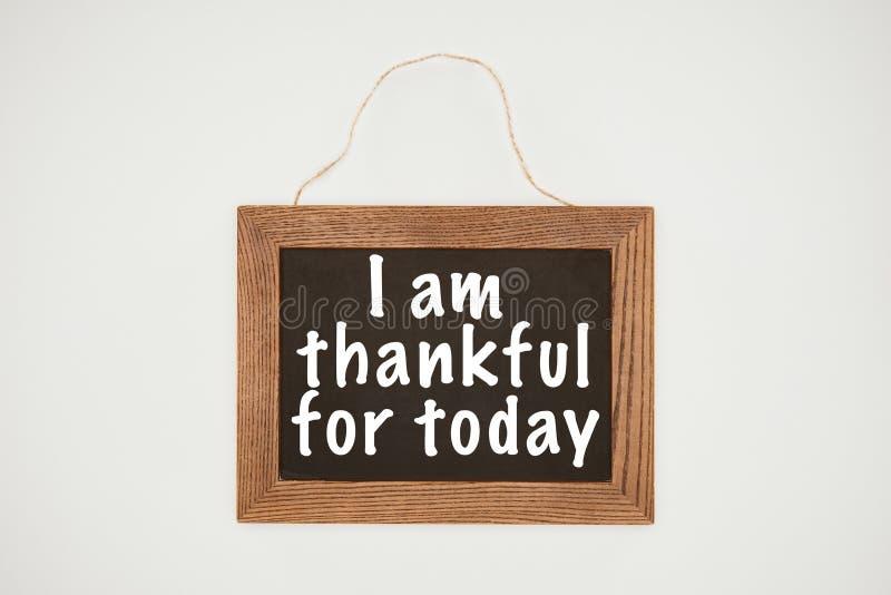 ich bin dankbare Beschriftung des heutigen Tages auf Tafel mit Holzrahmen und Thread lizenzfreies stockfoto