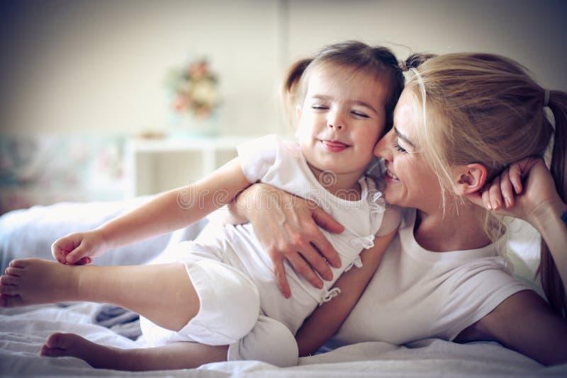 Ich bin so glücklich, wenn ich mit meiner Mutter am Morgen spiele lizenzfreie stockbilder