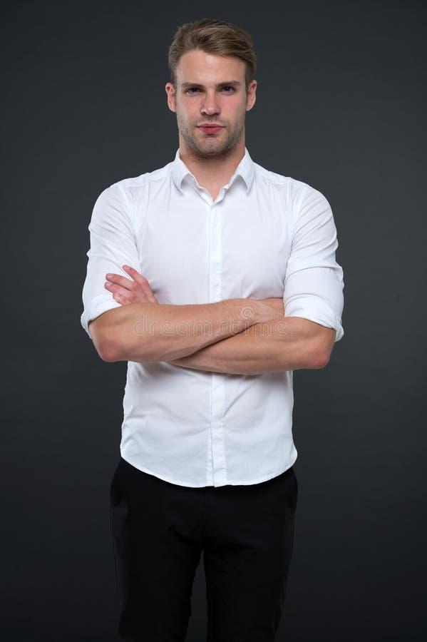 Ich bin hier, Ihnen zu helfen Mannshopberater schaut überzeugt und gastfreundlich Ruhiges Gesicht des Mannes, das sicher mit gefa lizenzfreies stockbild
