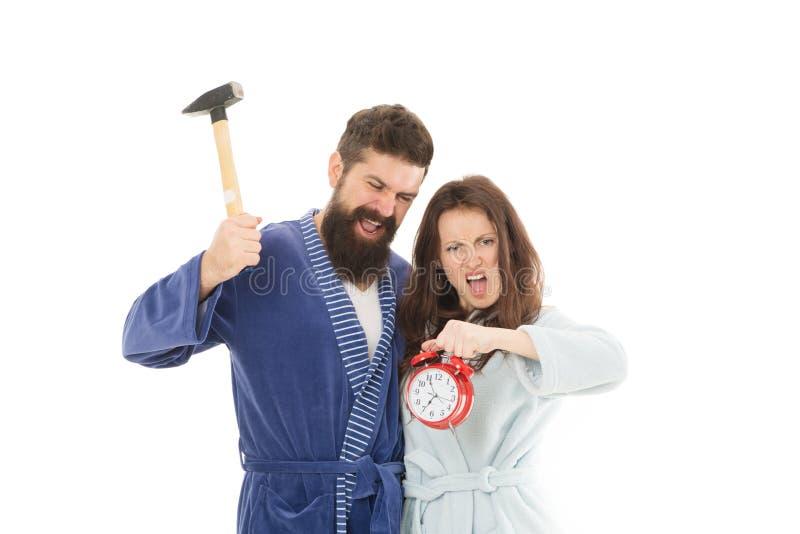 Ich hasse Montag Paarmorgen Wecker weckend Wir sollten früher schlafen gehen betonter bärtiger Mann und Frau zerstampfung lizenzfreies stockfoto