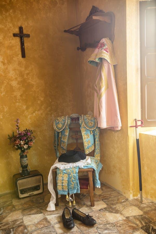 Ich holte toreador& x27; s auf einem alten Stuhl, andalusisches klassisches bullfig stockfotos