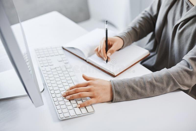 Ich kann behandeln mehrere Dinge gleichzeitig tue Geerntetes erfolgreiches Mädchen des Schusses, das auf Tastatur schreibt und An stockbilder