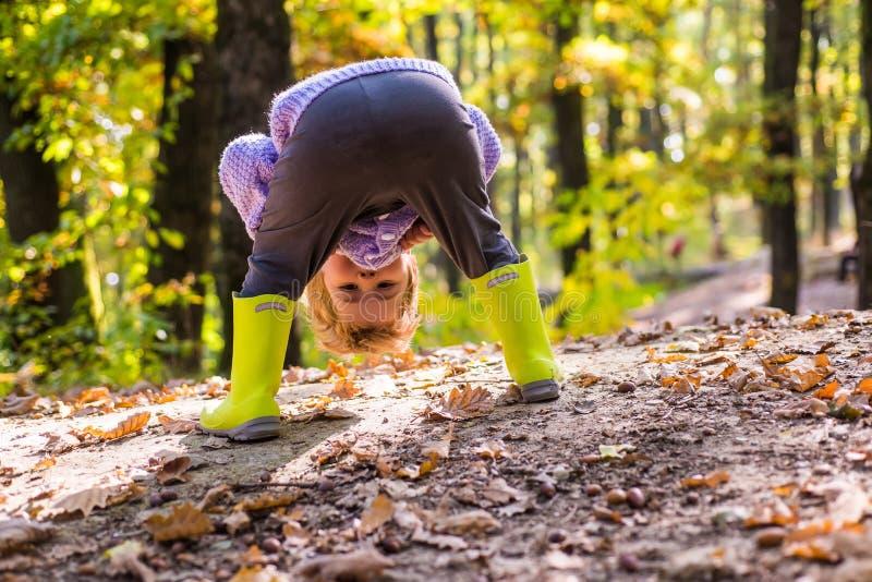 Ich kann Sie sehen Das Kind, das Spaß in der Waldwaldschule hat, ist- Ausbildung im Freien Besuchsnaturr?ume Junge in den Gummist lizenzfreie stockfotografie