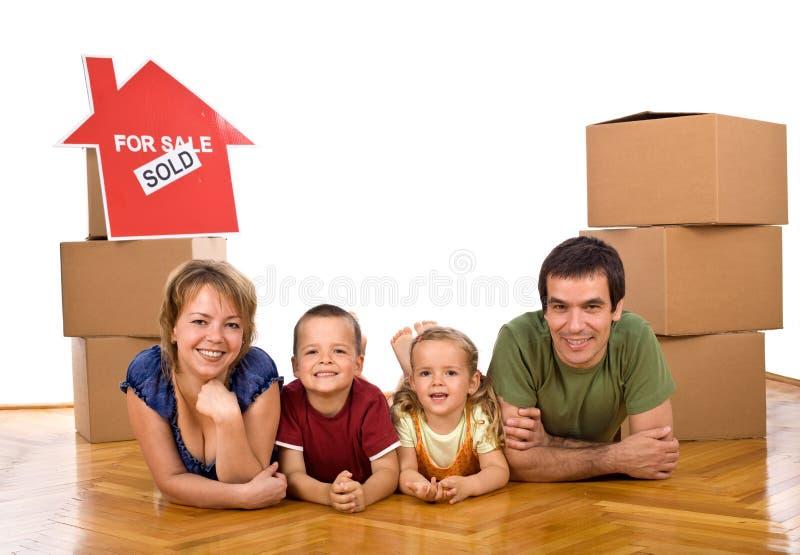 ich kupujący rodzinny szczęśliwy dom niedawno obrazy royalty free