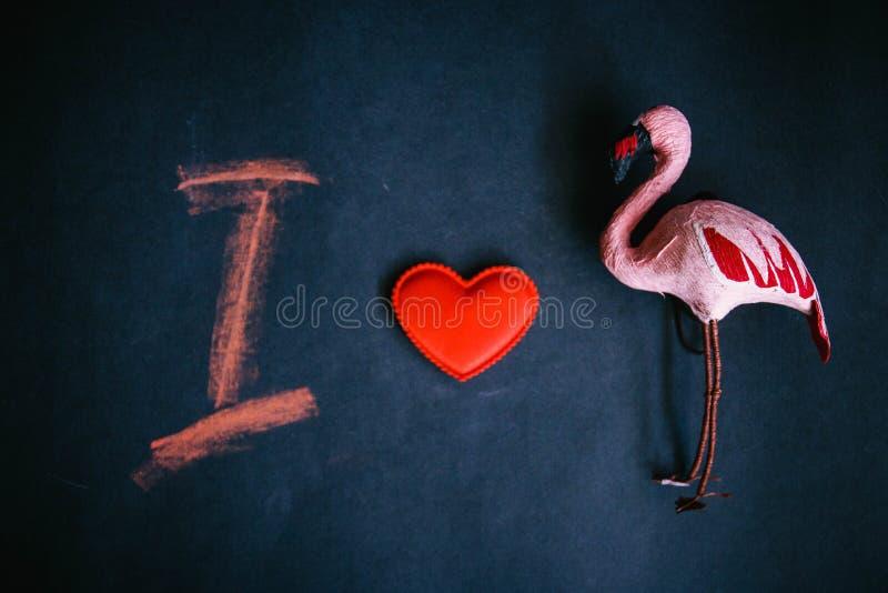 Ich liebe den Flamingo, das Symbol des Herzens der Flamingos und den Buchstaben I auf einem dunklen Hintergrund lizenzfreie stockbilder
