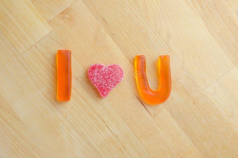 Ich liebe dich in den gummiartigen Buchstaben stockbild