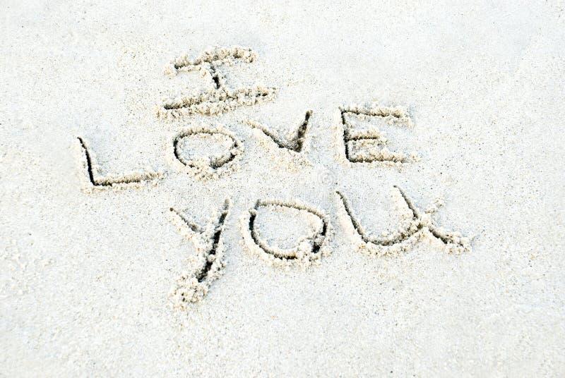 Ich liebe dich geschrieben in Sand stockfotos