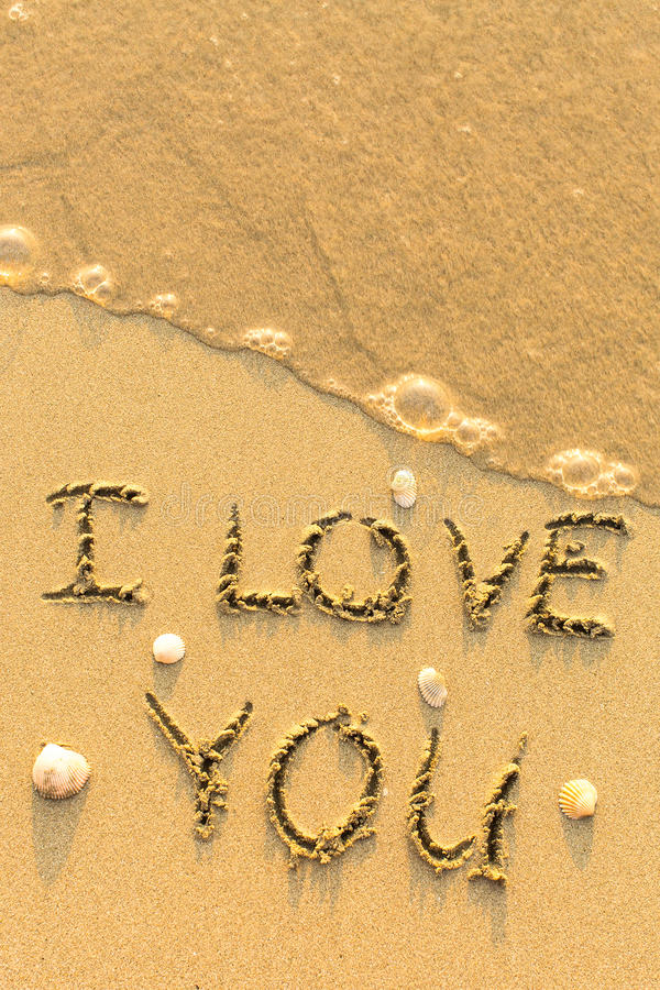 Ich liebe dich - Text geschrieben auf sandigen Strand stockfotografie