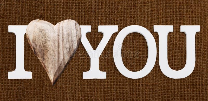 Ich liebe dich Text mit hölzernem Herzen stockfotografie