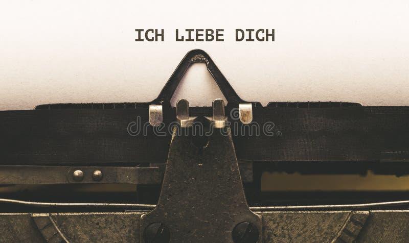Ich liebe Dich, tysk text för älskar jag dig på tappningtyp skriver arkivbild