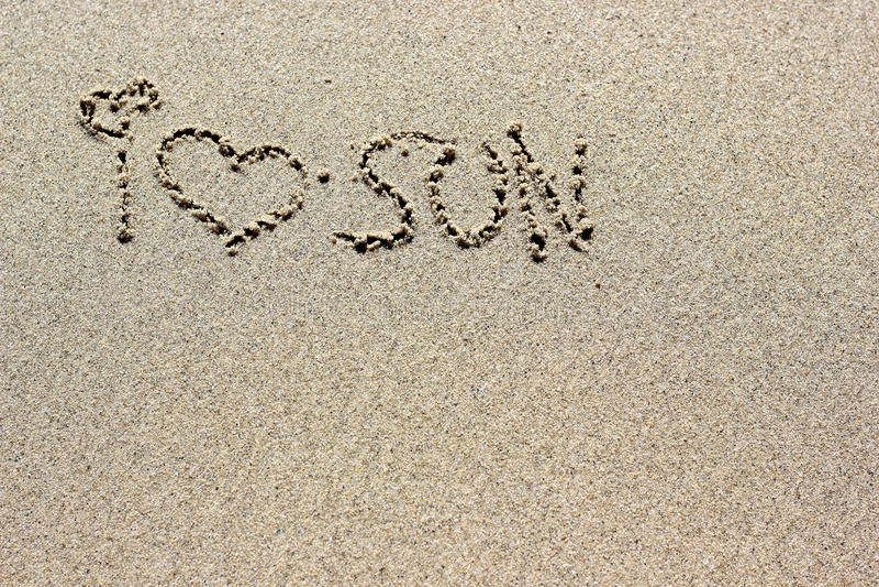 Ich liebe die Sonnenwörter, die auf Sand geschrieben werden Strandsand-Hintergrundbeschaffenheit stockfotos