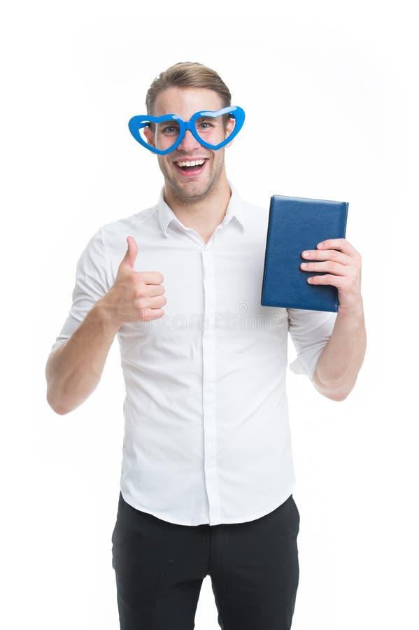 Ich liebe Lesebücher Bemannen Sie netten Sonderling in Herz geformten Glaslieben, um Bücher zu lesen Kerl hält Buch und zeigt sic stockfotografie