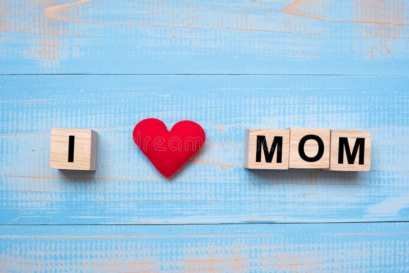 Ich liebe MUTTER-Text mit roter Herzform auf blauem hölzernem Hintergrund Glückliche Konzepte des Muttertags und des Tages der in stockfotografie