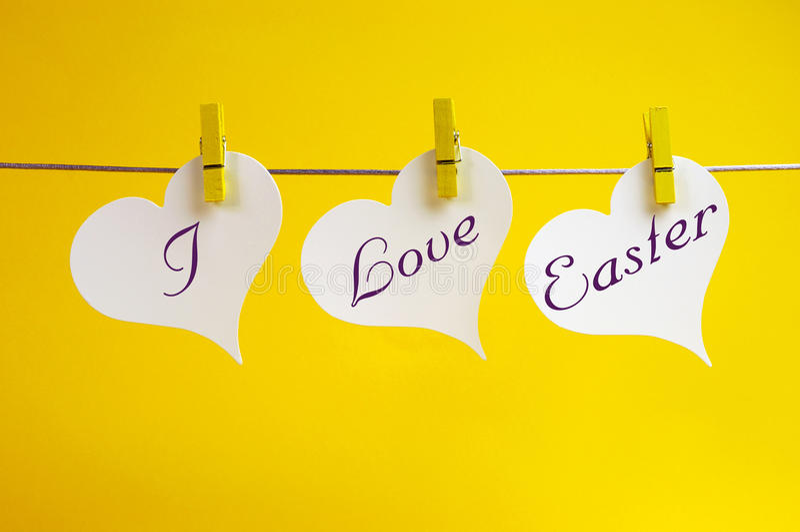 Ich liebe Ostern-Meldung, die von den Klammern auf einer Zeile hängt stockfotos