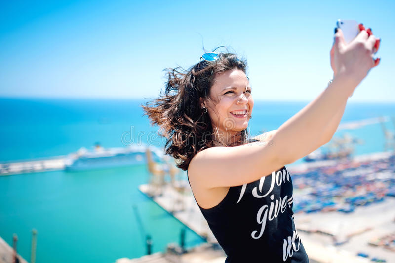 Ich liebe selfie! Porträt des schönen Brunettemädchens, das Fotos von macht lizenzfreie stockfotografie