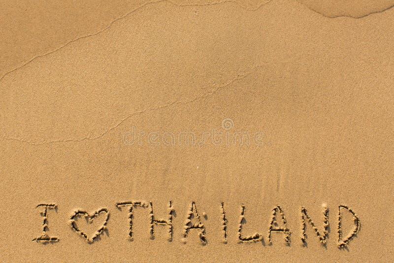 Ich liebe Thailand - manuell Aufschrift auf nassem Seestrandsand Auszug lizenzfreies stockbild
