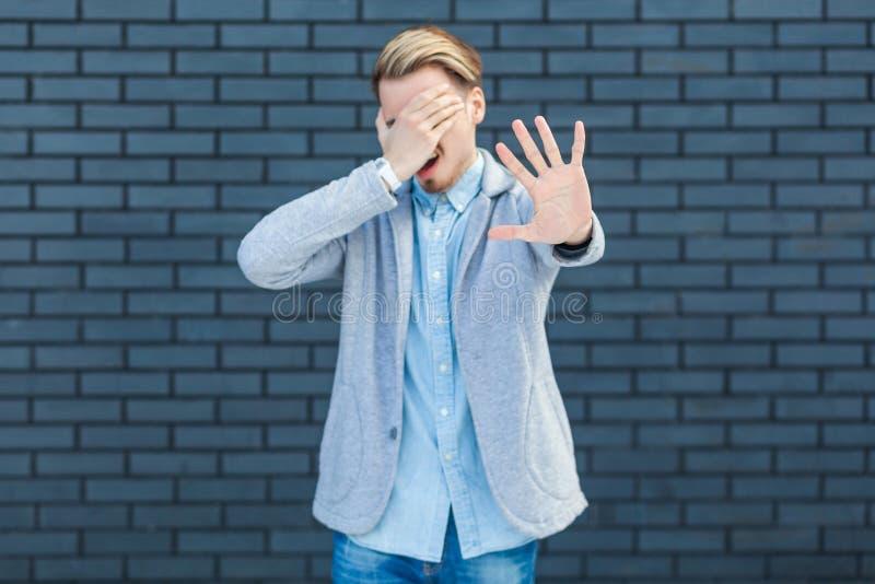 Ich m?chte nicht dieses betrachten Porträt des Ignorierens des hübschen jungen blonden Mannes in der Stellung der zufälligen Art, stockbild