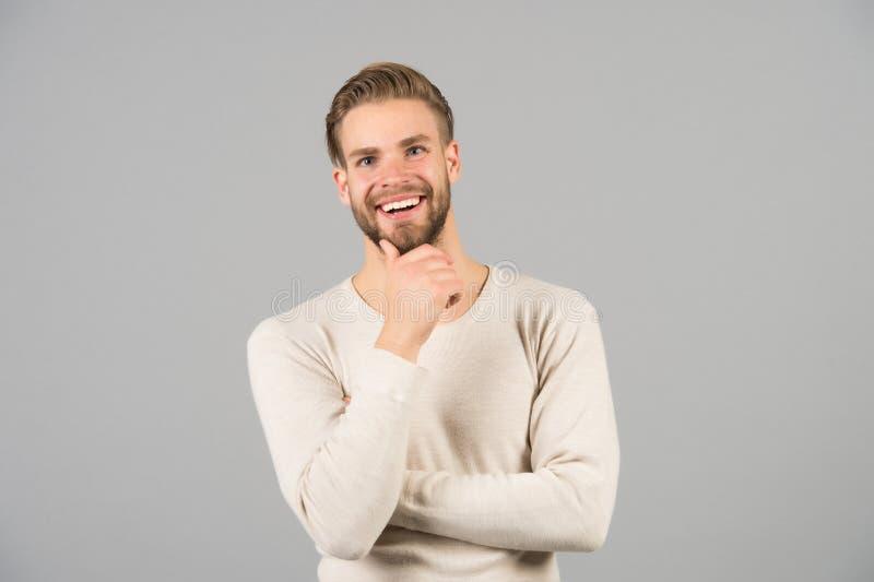 Ich mag diese Idee Bärtiges glückliches Gesicht des Mannes, grauer Hintergrund Nicht mehr Zögern Mann mit unrasierten Kerlblicken stockbild