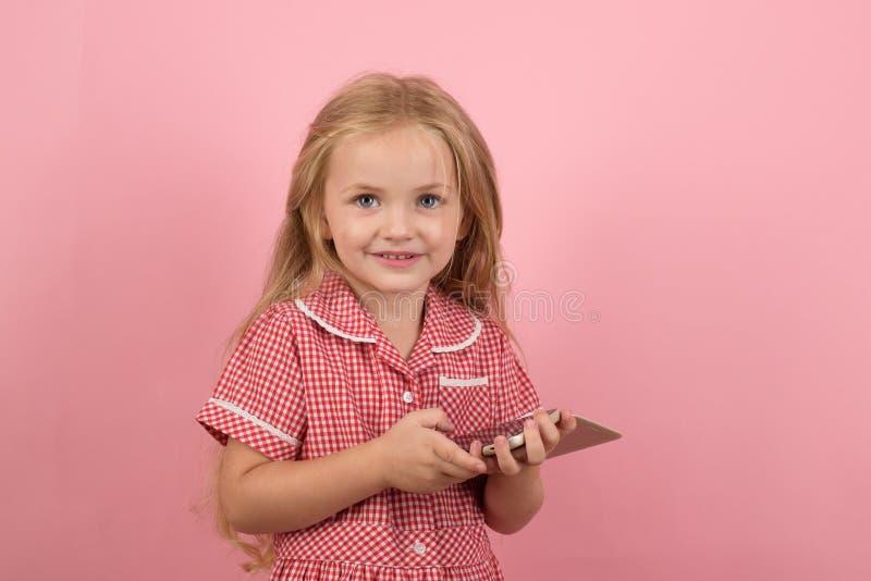 Ich mag wirklich den Retro- Blick Wenig shopaholic Einkaufen online Kleines Mädchen in e-Shop Einkaufen des kleinen Mädchens an lizenzfreie stockbilder