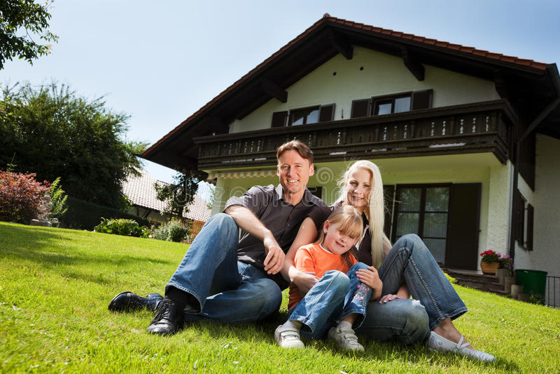 ich rodziny obsiadanie frontowy domowy fotografia royalty free