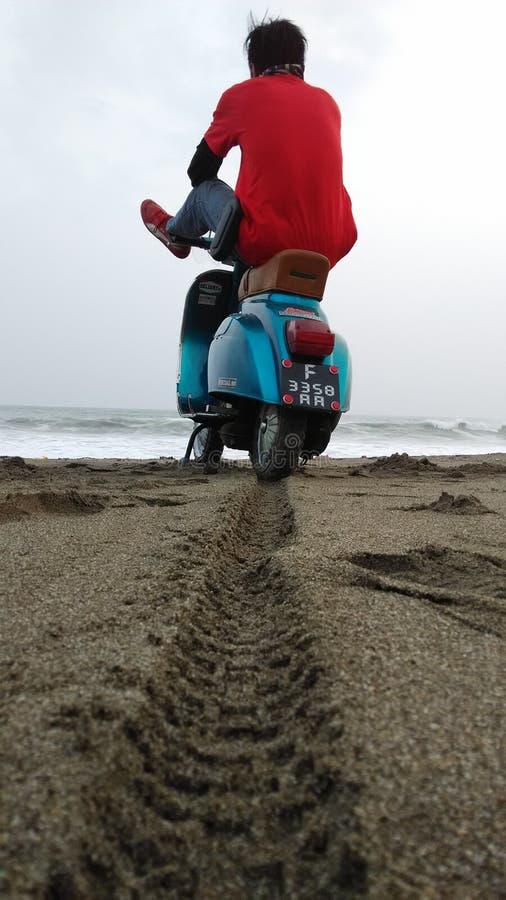 Ich, Vespa u. Strand stockfoto