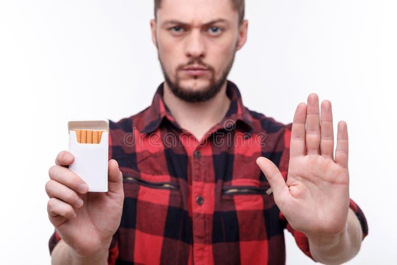 Ich wirklich möchte nicht rauchen stockbild