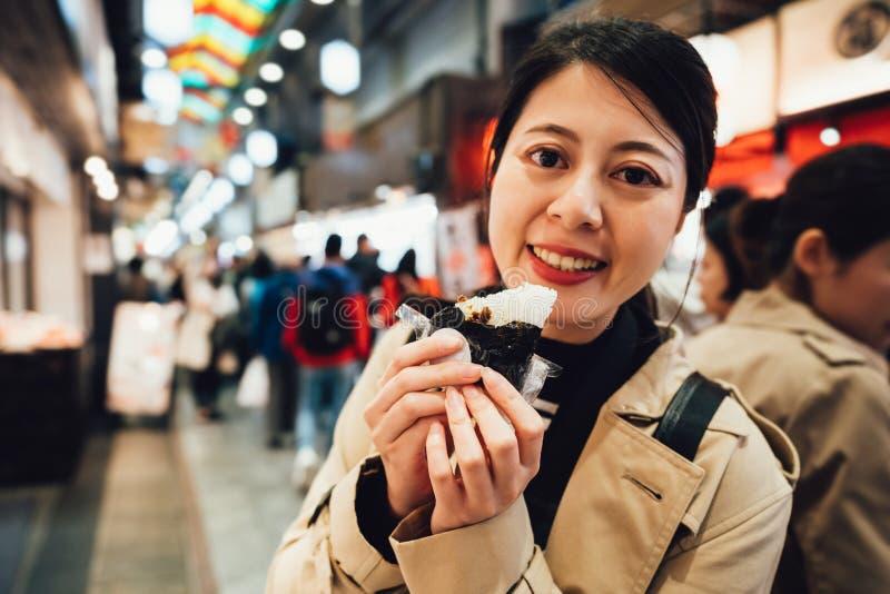 Ichiba del nishiki del bocado de la comida de la calle de la consumición del viajero fotos de archivo libres de regalías