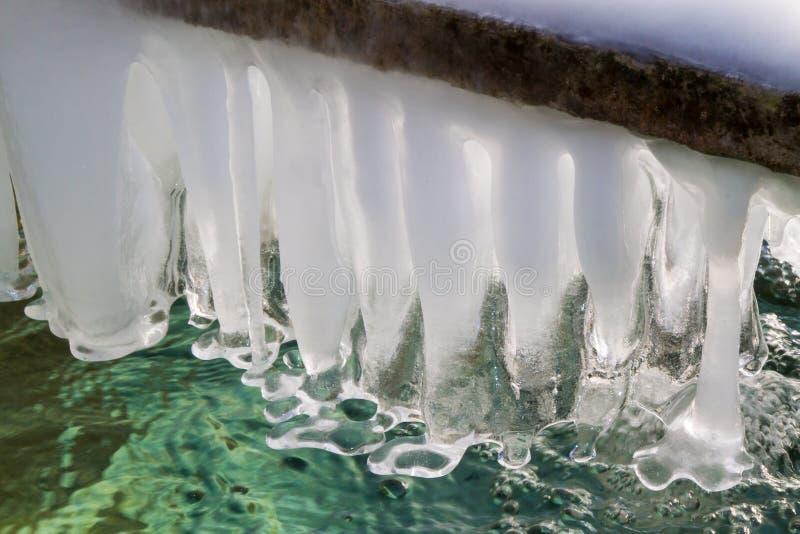 Icicles над водой стоковые изображения