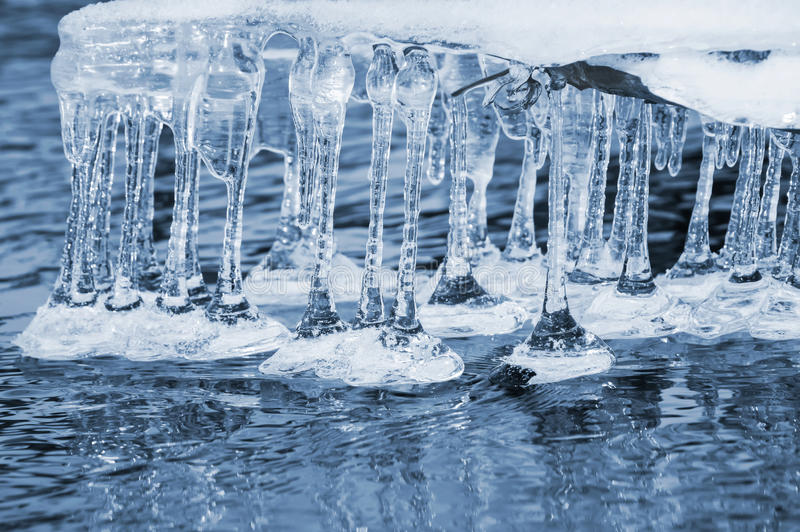 icicles над водой стоковые фотографии rf