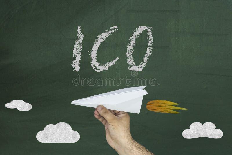 ICO - Początkowy pojęcie menniczy plasowanie dla finansowania rozpoczęcia projektów Papierowy samolot i ICO tekst na chalkboard obraz royalty free