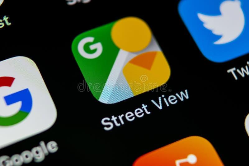 Icona dell'applicazione di vista della via di Google sul primo piano dello schermo di iPhone X di Apple Icona di Google StreetVie fotografie stock libere da diritti
