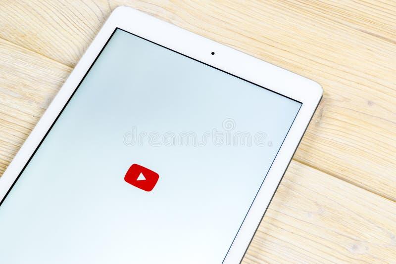 Icona dell'applicazione di YouTube sul primo piano dello schermo dello smartphone del iPad di Apple Icona di Youtube app Icona so fotografia stock libera da diritti