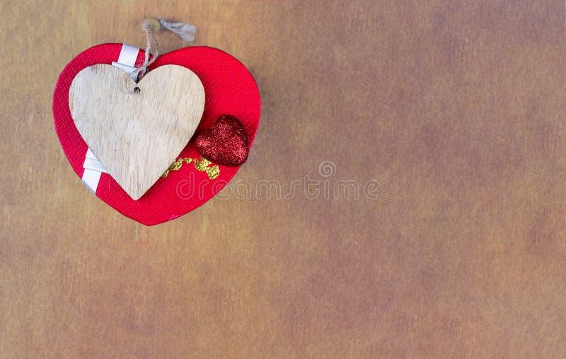 Icona di legno del cuore del contenitore di regalo su un fondo di superficie di legno con il biglietto di S. Valentino del san de immagini stock libere da diritti
