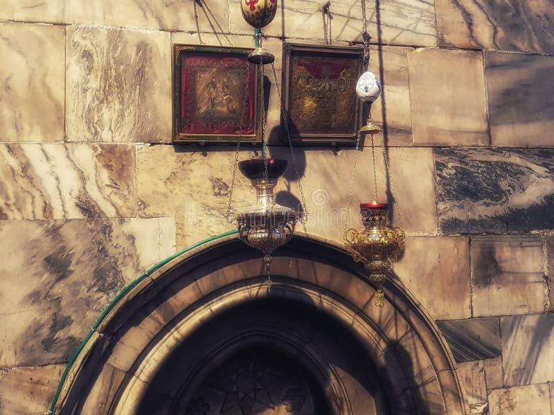 Icona-lampade nella grotta di natività sopra il punto del luogo di nascita di Jesus Christ immagini stock