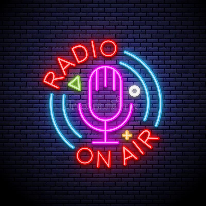 Icona leggera al neon del microfono Radiodiffusione Sul segno d'ardore dell'aria Illustrazione isolata vettore illustrazione vettoriale