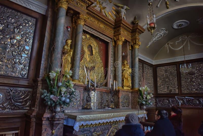 Icona santa della madre di Dio Ostrobramska a Vilnius, Lituania fotografia stock