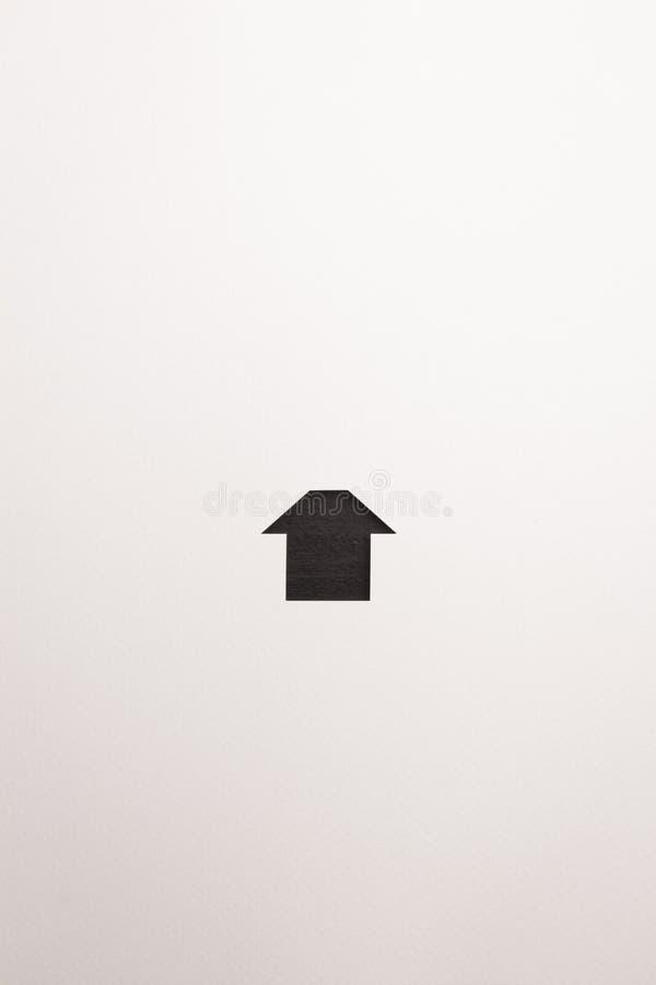 Icona semplice di legno della casa di marrone scuro su fondo bianco immagine stock