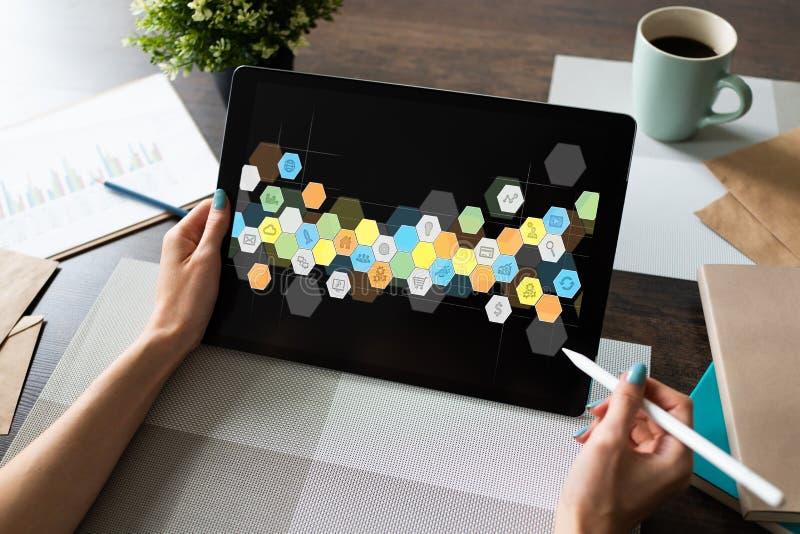 Icone colorate dei APPS sullo schermo della compressa Applicazione e sviluppo di software personali Concetto di tecnologia e di I royalty illustrazione gratis