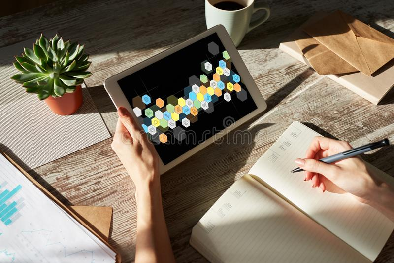 Icone colorate dei APPS sullo schermo della compressa Applicazione e sviluppo di software personali Concetto di tecnologia e di I immagine stock