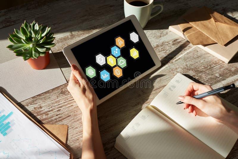 Icone dell'applicazione colorate sullo schermo del dispositivo Concetto di affari, di Internet e di tecnologia fotografie stock