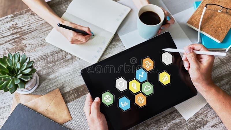 Icone dell'applicazione colorate sullo schermo del dispositivo Concetto di affari, di Internet e di tecnologia immagine stock