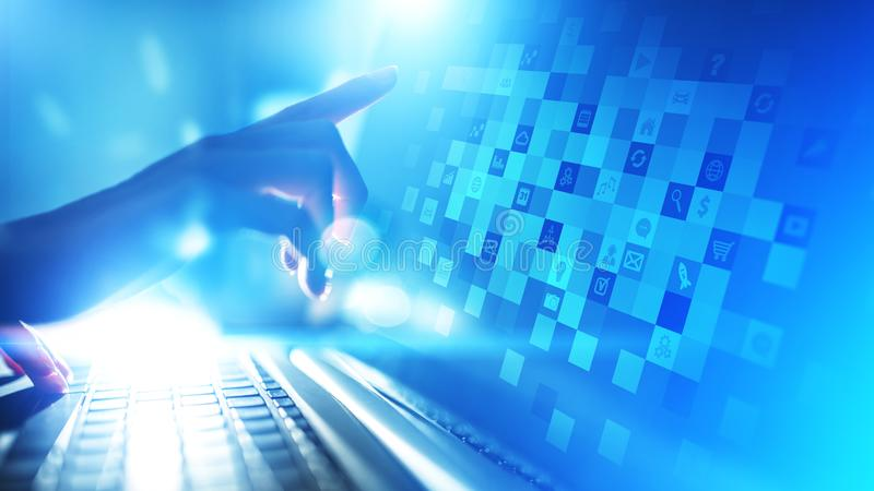 Icone dell'applicazione sullo schermo virtuale Concetto di affari e di tecnologia fotografia stock