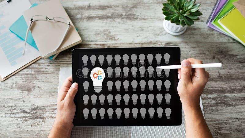 Icone della lampada sullo schermo Nuova idea Pensi fuori della casella fotografie stock libere da diritti